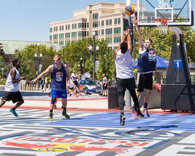 Una juego de baloncesto en Revolution Exterior