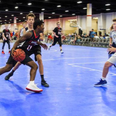 Un jugador defendido por su contrincante busca penetrar mientras domina el balón.