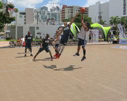 Juego de baloncesto en una cancha de BounceBack Exterior