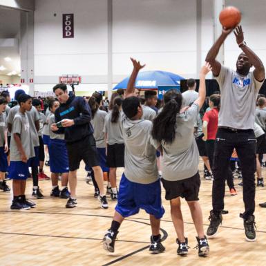 En entrenamientos masivos, se pueden apreciar las cualidades y detrezas defensivas frente a jugadores de mayor altura y fortaleza.