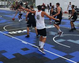 Un Partido de baloncesto en Sole DBX en Dubai jugado en DuraCourt.