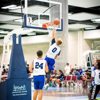 Un jugador prueba su capacidad de salto, volcando el balón frente a sus compañeros.
