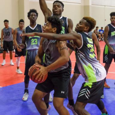 Recibir el balón e inmediatamente estar rodeado de rivales es otro de los desafíos que nos propone este deporte.