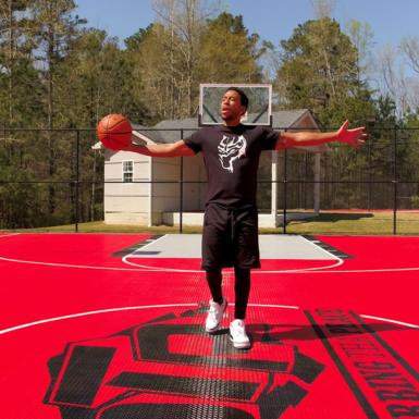 Ludacris está en su cancha de casa. La cancha de Ludacris es Revolution al aire libre roja.