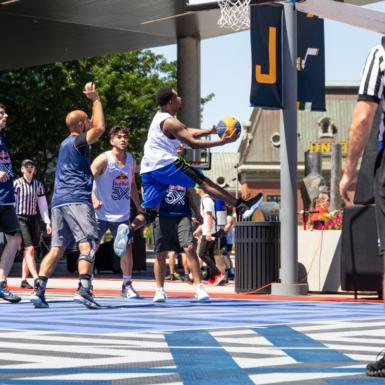 Un hombre lo lleva al aro de baloncesto en un 3x torneo de Red Bull en Salt Lake City. El juego se jugó en la Revolution al aire libre.