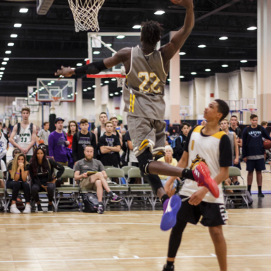 Volcar el balón en la canasta de basquetbol es difícil pero satisfactorio. Aquí podemos apreciar destreza y capacidad atlética de un jugador frente a un rival.