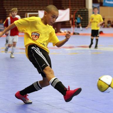 Niño juega fútbol sala