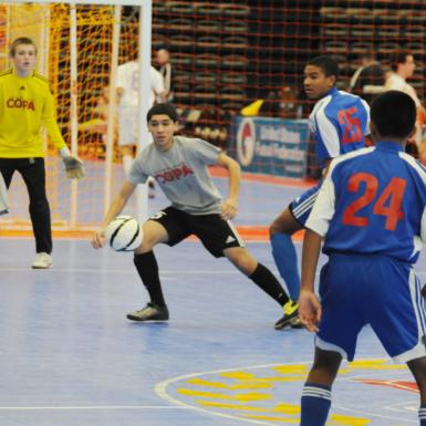 Jóvenes jugando al fútbol sala