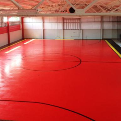 Cancha interior roja de fútbol sala