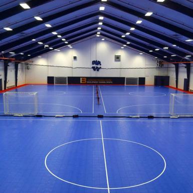 Cancha azul de fútbol sala de BounceBack Interior con ShockTower