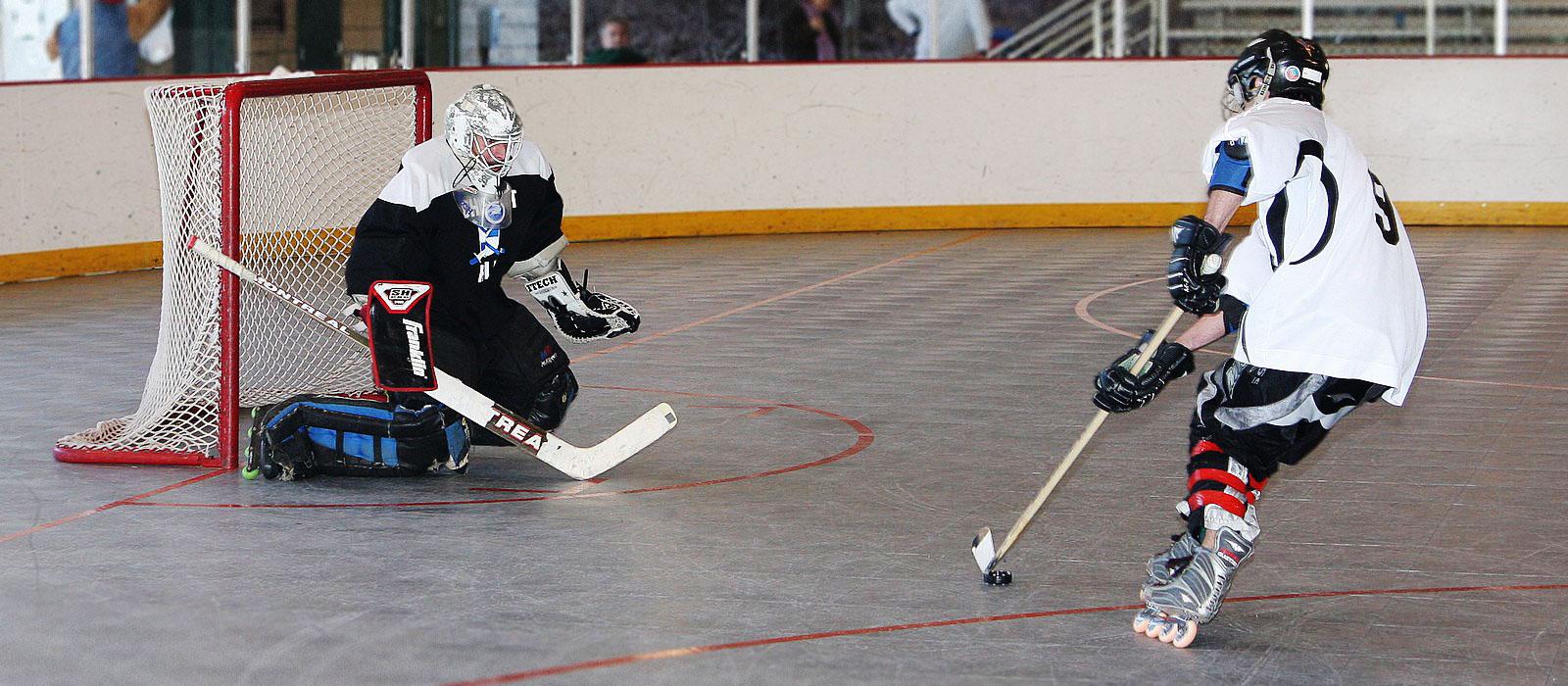 Dos equipos juegan Hockey en una de las pistas de hockey de SnapSports
