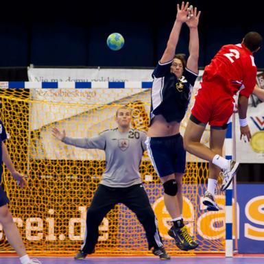 Jugador de handball salta para hacer el gol