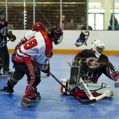 Portero de hockey defiende el gol