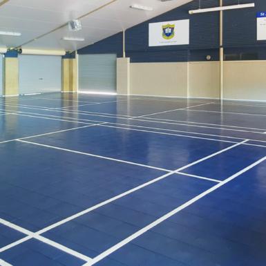 Cancha de Interior BounceBack voleibol en la escuela de St. Anthony