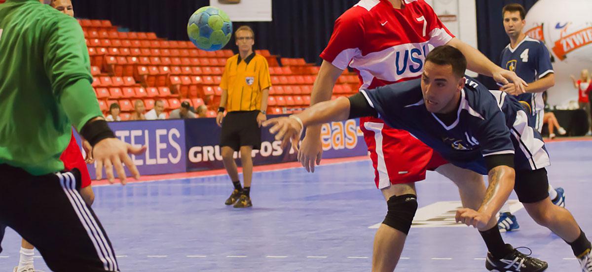 Dos equipos juegan handball en una de las canchas de handball de SnapSports