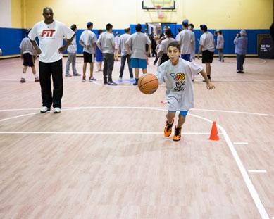 Un niño bota una pelota de baloncesto en Pro36
