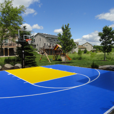 Cancha de baloncesto azul y amarilla patio trasero