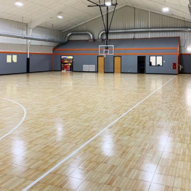 Cancha de baloncesto interior de arce