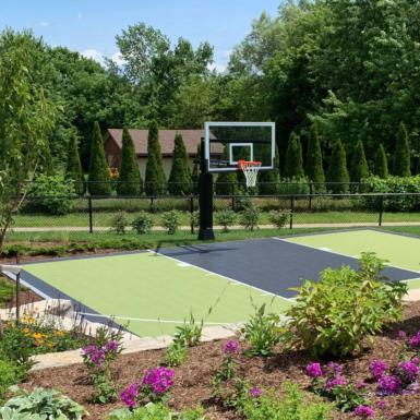 Cancha de baloncesto y jardín