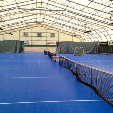 Cancha de tenis interior azul