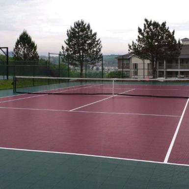 Cancha de tenis de hoja perenne y borgoña