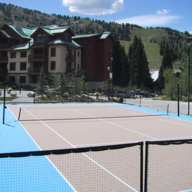 Cancha de tenis en el complejo Solitude
