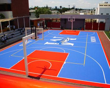 Una cancha deportiva en una escuela con ReActive Exterior.