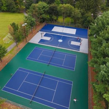 Canchas de tenis y baloncesto al aire libre