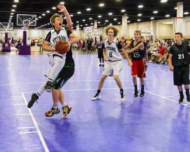 Un juego de AAU en un duela de baloncesto con BounceBack Interior.