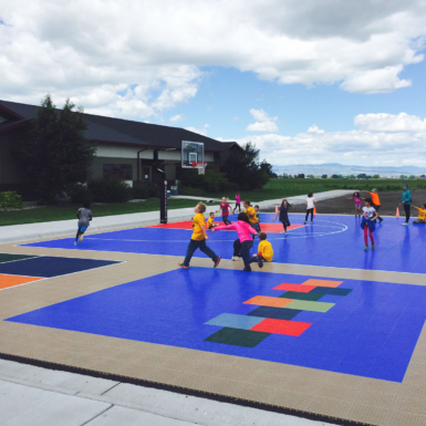 Niños jugando deportes múltiples
