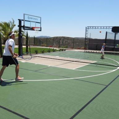 Padre e hija jugando tenis al aire libre