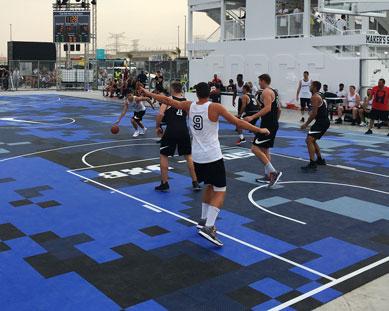 Un a cancha de baloncesto en Sole DXB en Dubai.