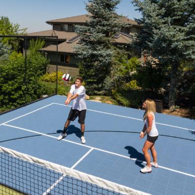 Voleibol al aire libre en un patio trasero